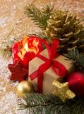 Rote Einführungskerze und Weihnachtsgeschenk Lizenzfreies Stockfoto
