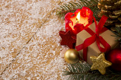 Rote Einführungskerze und Weihnachtsgeschenk Stockfoto