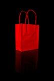 Rote Einkaufstasche auf Schwarzem Lizenzfreie Stockfotografie