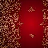 Rote Einladung mit Goldspitze-Blumenverzierung Stockfotos
