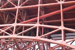 Rote Eisenstrahlen unter Golden gate bridge Lizenzfreies Stockbild