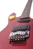 Rote elektrische Gitarre auf weißem Hintergrund Stockbild