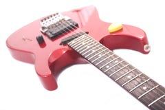 Rote elektrische Gitarre auf weißem Hintergrund Stockbilder