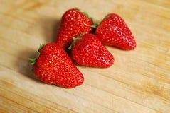 Erdbeere auf einem hackenden Brett Lizenzfreie Stockbilder
