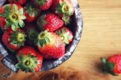 Rote Erdbeere auf hölzernem Hintergrund stockbilder