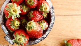 Rote Erdbeere auf hölzernem Hintergrund stockbild