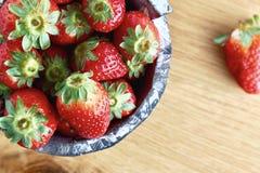 Rote Erdbeere auf hölzernem Hintergrund stockfotografie