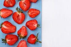 Rote Erdbeere auf weißem Hintergrund Stockfotos