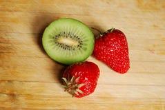 Erdbeere und Kiwi auf hackendem Brett Lizenzfreie Stockfotografie