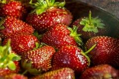 Rote Erdbeeren auf einem braunen Hintergrund Lizenzfreies Stockbild