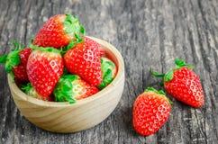 Rote Erdbeeren in der braunen hölzernen Schüssel Lizenzfreie Stockbilder