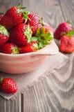Rote Erdbeeren in einer rosa Schüssel stockbild