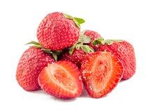 Rote Erdbeeren mit den grünen Blättern, lokalisiert Lizenzfreie Stockfotografie