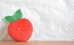 Rote Erdbeergeformte Tasche Stockfotografie