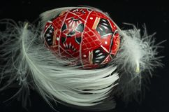 Rote Ester Decorated Eggs mit Feder Stockbilder