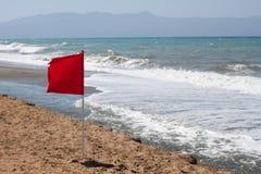 Rote Fahne auf dem Strand Lizenzfreie Stockfotos