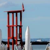 Rote Fahne auf dem Strand Stockbilder