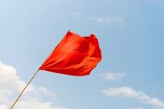 Rote Fahne auf dem Strand Warnen über die Gefahren lizenzfreie stockfotografie