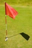 Rote Fahne auf einem Golfplatz Lizenzfreie Stockfotos