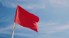 Rote Fahne auf einem Hintergrund des blauen Himmels Gefährlich für das Schwimmen, Sturmwarnung stock footage