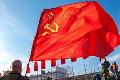 Rote Fahne, die über Hintergrund des blauen Himmels am Kuibyshev-Quadrat wellenartig bewegt Stockbild