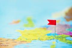 Rote Fahne, Druckbolzen, Reißzwecke festgesteckt auf Karte von Europa Kopieren Sie Raum, Reisekonzept stockbilder