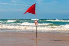 Rote Fahne im Ozean während des Brandungswettbewerbs, Lacanau, Frankreich Stockbilder