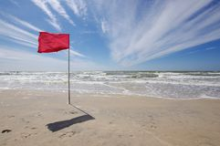 Rote Fahne im Strand, der Verbot badet Stockfotos