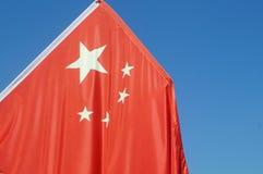 Rote Fahne mit fünf Sternen Stockbild