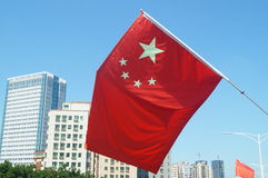 Rote Fahne mit fünf Sternen Stockfotos