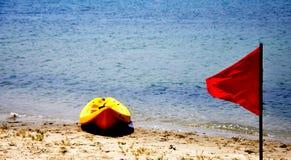 Rote Fahne und Boot Lizenzfreies Stockfoto