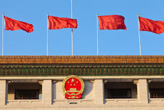 Rote Fahne und chinesisches nationales Emblem, Peking stockbilder
