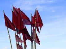 Rote Fahnen auf bouys lizenzfreie stockfotografie