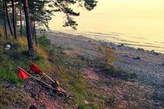 Rote Fahnen auf Flößen für Fischernetze in Meer Lizenzfreies Stockbild