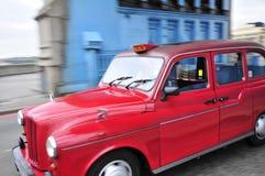 Rote Fahrerhäuser in Towerbtidge Lizenzfreie Stockbilder