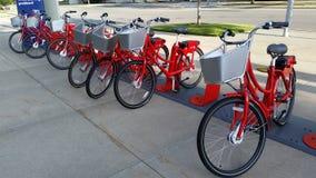 Rote Fahrräder Stockfoto