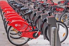 Rote Fahrräder für Miete Lizenzfreie Stockfotos
