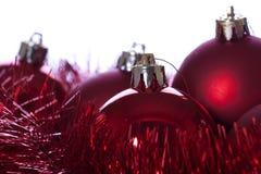 Rote Farbbänder und Kugeln im Weihnachten Stockbilder