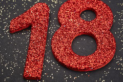 Rote Farbe der Nr. achtzehn über einem schwarzen Hintergrund jahrestag Lizenzfreie Stockfotografie