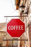 Rote Farbe des Kaffeezeichens in altem Tiflis lizenzfreies stockfoto