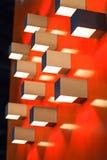 Rote Farbhintergrund mit Glühlampe Stockbild