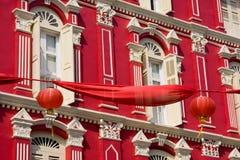 Rote Fassade und rote Chinees Laterne. Stockbild