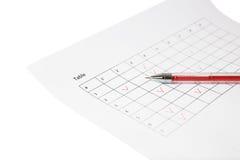 Rote Feder gelegt auf Blatt mit Tabelle Stockfoto