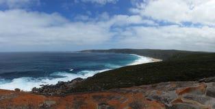 Rote Felsen auf dem Ozean Stockbild