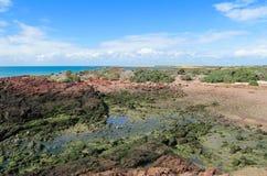 Rote Felsen auf Küste bis Horizont Lizenzfreies Stockfoto