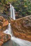 Rote Felsen bei Douglas Falls stockfotos
