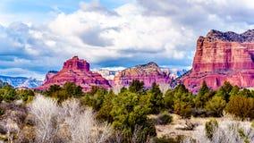 Rote Felsen-Berge nannten Bell Rock, auf dem links und Teil von Gericht Butte, auf dem Recht, nahe der Stadt von Sedona, Arizona stockbild