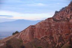 Rote Felsen in der Schlucht im Fall Stockfotos