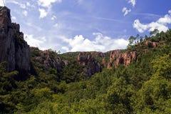 Rote Felsen-Klippen, die über die Überdachung des Blavet Gor steigen Stockfotos