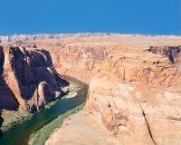 Rote Felsen nähern sich dem Kolorado-Fluss Lizenzfreies Stockfoto